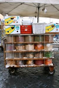 Markedet på Campo de Fiori i ferd med å pakkes sammen...her:Krydderkjerra!