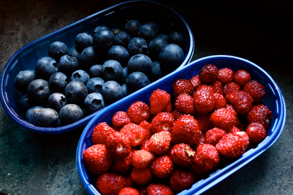 Markjordbær og store saftige blåbær fra markedet. Men jeg fikk sjokk da regningen kom. Oohh...den svei på pungen, ja!