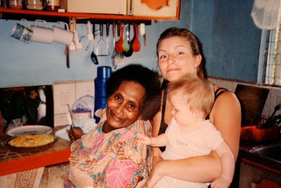 Kelera, datteren min og jeg i kjøkkenet til Kelera. Snart får vi palusami, rourou, dahlo, taro...og en potet- og kjøttpai for å være sikre på at vi besvimer på ei stråmatte etterpå.