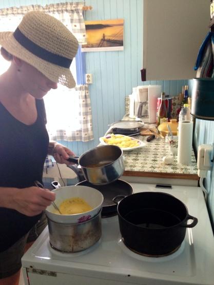 Øver på emulgert saus. 35 varmegrader i bestemors gamle kjøkken i Skjåk. Sa noen sommerferie...?
