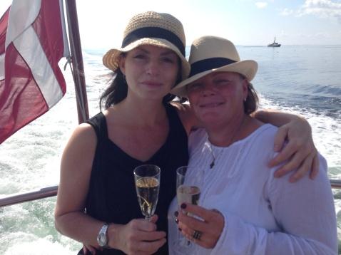 Godt å være hos familien på Fyn. Et vakkert og verdig farvel med pappa, helt etter hans smak: Med champagne og smil.