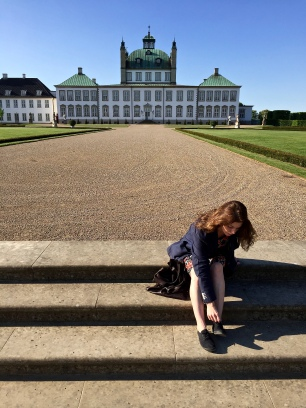 Fredensborg Slot matcher de aristokratiske hvite beina mine...